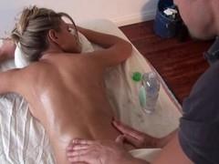 Massuer is having fun giving hawt chick a sensual massage